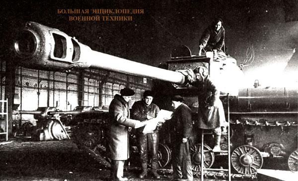 В сборочном цеху Челябинского Кировского завода, 1944 год.