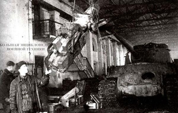 Демонтаж 122-мм пушки Д-25Т с клиновым затвором на Н-ском ремонтном заводе на Украине. 1945 год.